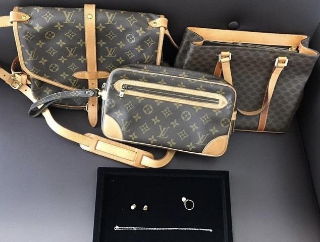 カビの臭いがするバッグやデザインの古いアクセサリーは売れる?