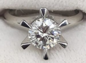 20代の頃、頂いたダイヤリング。今はこういう立爪リングは売れないかしら? <span  class=
