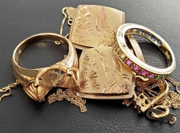 宝石が取れたリングや素材のわからない指輪やネックレスなど