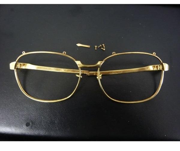 壊れた金の眼鏡。レンズもなくなってしまいました。